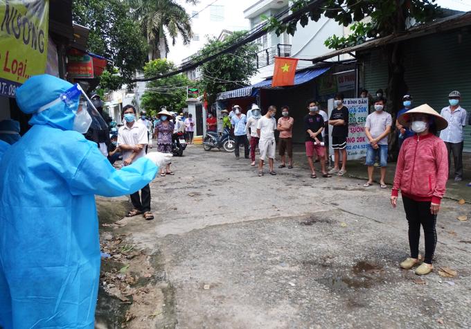 Người dân phường 5, quận Gò Vấp, được nhân viên y tế gọi vào lấy mẫu, ngày 24/8. Ảnh: Hà An