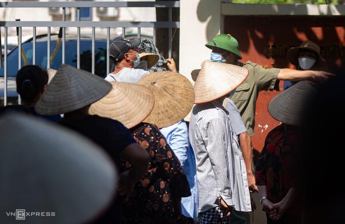 Người lao động xếp hàng chờ nhận quà hỗ trợ của nhóm từ thiện ở đường Mỹ Đình, quận Nam Từ Liêm hôm 7/8. Ảnh:Tùng Đinh