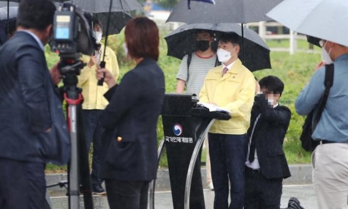 Thứ trưởng Hàn Quốc hứng chỉ trích vì để nhân viên quỳ gối che ô
