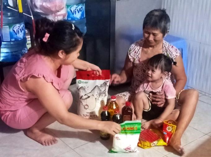 Gia đình chị Diễm Hương nhận hỗ trợ thực phẩm của phường. Ảnh: An Phương