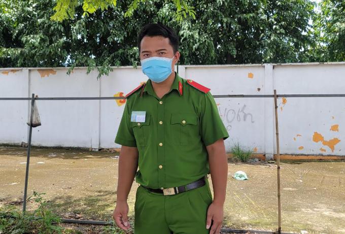 Học viên cảnh sát Tĩnh làm nhiệm vụ tại chốt kiểm soát, sáng 29/8. Ảnh: Đình Văn
