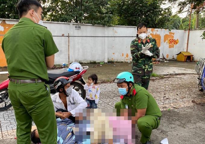 Học viên cảnh sát cùng đồng đội và chiến sĩ Trung đoàn Gia Định đỡ đẻ cho thai phụ, sáng 29/8. Ảnh: Đinh Sự