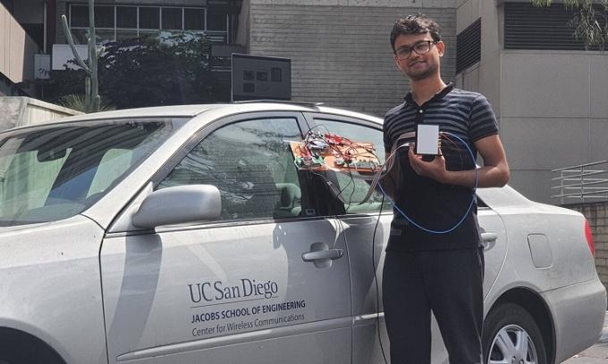 Một thành viên nhóm nghiên cứu cầm hệ thống cải thiện độ ổn định của tín hiệu sóng milimet. Ảnh: UC San Diego