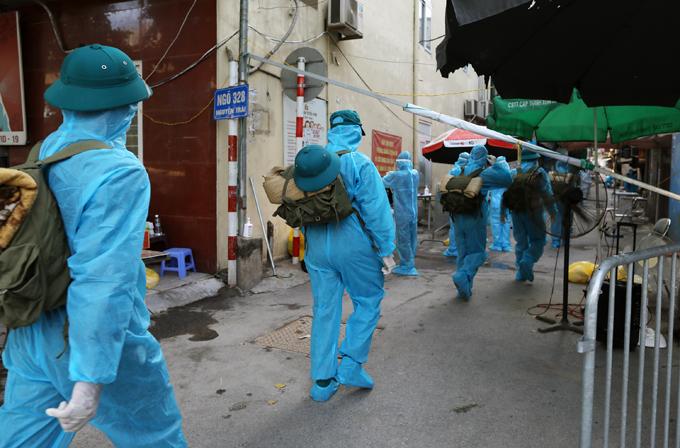 Lực lượng quân đội được tăng cường hỗ trợ công tác phòng, chống dịch tại ngõ 328 Nguyễn Trãi, phường Thanh Xuân Trung, quận Thanh Xuân, ngày 27/8. Ảnh: Ngọc Thành.