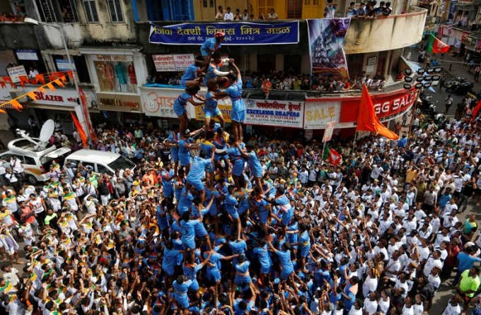Người dân dựng tháp người trong lễ hội tại Mumbai tháng 9/2018. Ảnh: Reuters.