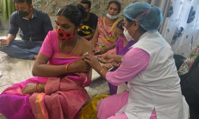 Nhân viên y tế tiêm vaccine Covaxin, vaccine nội địa đầu tiên của Ấn Độ, cho người dân ở thành phố Siliguri, bang Tây Bengal, Ấn Độ hôm 21/8. Ảnh: AFP.