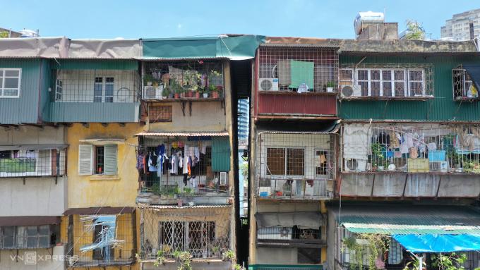 Khu nhà G6A nằm trên mặt đường Nguyên Hồng, phường Thành Công, quận Ba Đình được đưa vào sử dụng từ năm 1987, có khe hở hình chữ V xuất hiện nhiều năm nay. Ảnh: Ngọc Thành