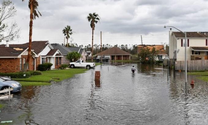 Một khu vực dân cư ở bang Louisiana, Mỹ bị ngập nước hôm 30/8 sau khi bão Ida đổ hộ. Ảnh: AFP.