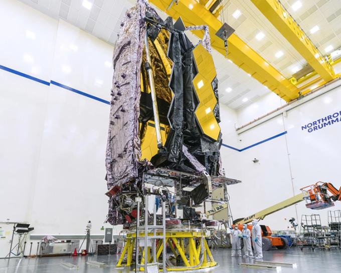 Các kỹ sư kiểm tra JWST trong cơ sở của Northrop Grumman. Ảnh: NASA