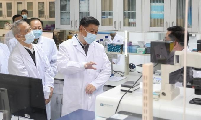 Chủ tịch Trung Quốc Tập Cận Bình thăm Học viện Khoa học Quân y ở Bắc Kinh hồi tháng 3/2020. Ảnh: Xinhua.