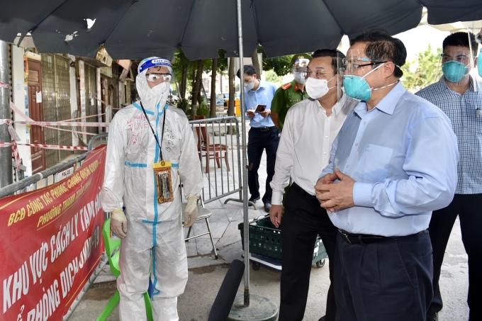 Thủ tướng kiểm tra tình hình tại ngõ 328 đường Nguyễn Trãi, quận Thanh Xuân, Hà Nội ngày 31/8. Ảnh: Nhật Bắc