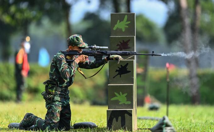 Tuyển thủ Việt Nam thi Xạ thủ bắn tỉa trong khuôn khổ Army Games 2021 tại thao trưởng Trung tâm Huấn luyện quân sự quốc gia 4. Ảnh: Giang Huy