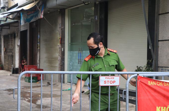 Công an chốt chặn tại ngách 32, ngõ 76 phố An Dương, quận Tây Hồ sáng 3/9. Ảnh: Nguyễn Định.