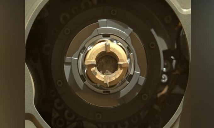 Ống chứa mẫu vật với đất đá bên trong. Ảnh: NASA