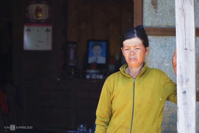 Bà Nguyễn Thị Khuyến, đứng trong căn nhà đã thế chấp cho ngân hàng, phía sau là bức ảnh thờ của chồng. Ảnh: Trần Hóa