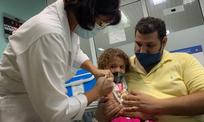 Nhân viên y tế Cuba tiêm vaccine Covid-19 cho một bé gái ở thủ đô La Habana ngày 24/8. Ảnh: AFP.