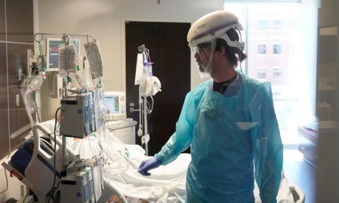 Y tá theo dõi tình trạng của một bệnh nhân tại phòng chăm sóc đặc biệt bệnh viện SSM Health St. Anthony ở thành phố Oklahoma, bang Oklahoma, ngày 24/8. Ảnh: Reuters.