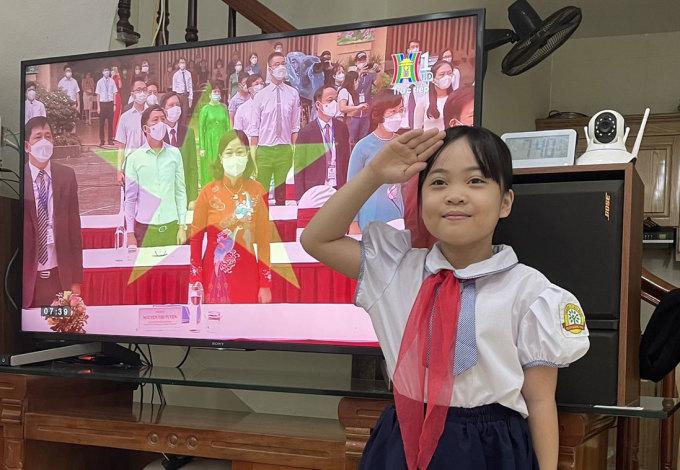 Học sinh trường Tiểu học Trần Đăng Ninh, quận Hà Đông, Hà Nội, chào cờ trong lễ khai giảng trực tuyến, ngày 5/9. Ảnh: Nguyễn Kiên