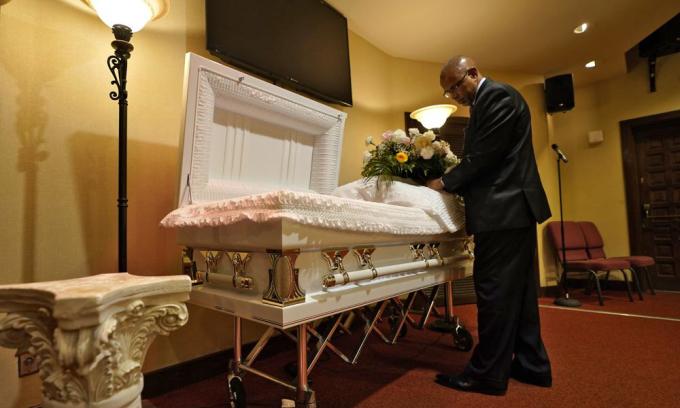 Wayne Bright tại nhà tang lễ Wilson ở Tampa, bang Florida, hôm 2/9. Ảnh: AP.