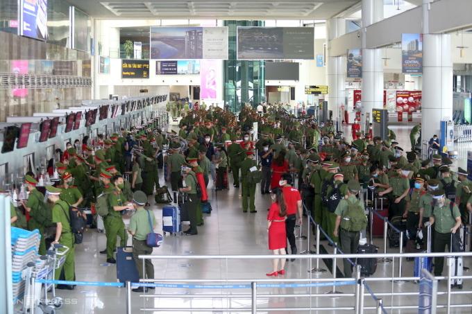 Gần 1.000 học viên hai trường công an tại sân bay Nội Bài. Ảnh: Gia Chính