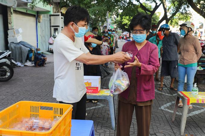 Người dân nhận thực phẩm tại các điểm phát từ thiện ở TP HCM, tháng 6/2021. Ảnh: Quỳnh Trần