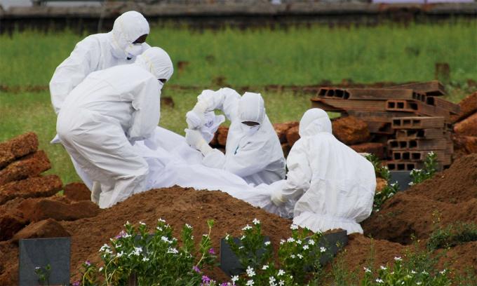 Nhân viên y tế Ấn Độ chôn thi thể một người nhiễm virus Nipah ở bang Kerala tháng 5/2018. Ảnh: AP.