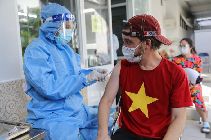 Tiêm vaccine Covid-19 cho người nước ngoài ở một điểm tiêm tại quận Phú Nhuận, ngày 27/8. Ảnh: Quỳnh Trần
