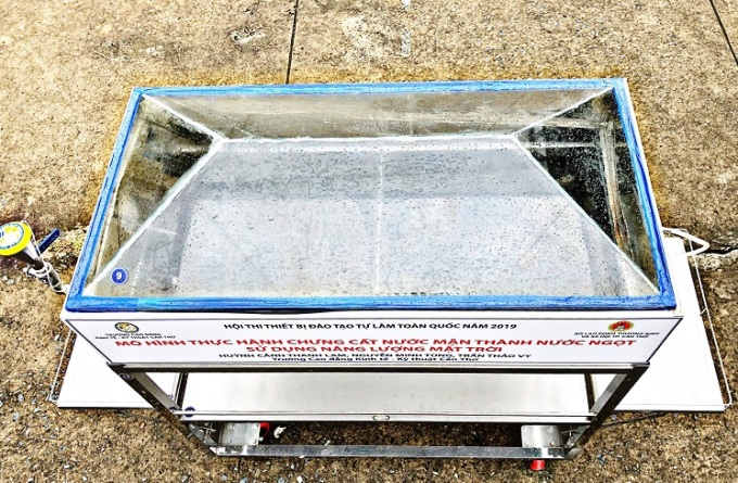 Phía trên khoang chưng cất là bốn tấm kính để đón lượng nhiệt mặt trời được nhiều nhất. Ảnh: NVCC