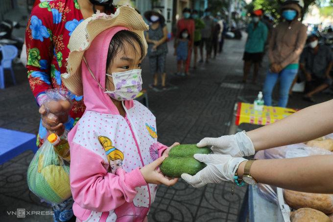 Trẻ em xóm lao động nhận nhu yếu phẩm từ thiện ở TP HCM, tháng 6/2021. Ảnh: Như Quỳnh