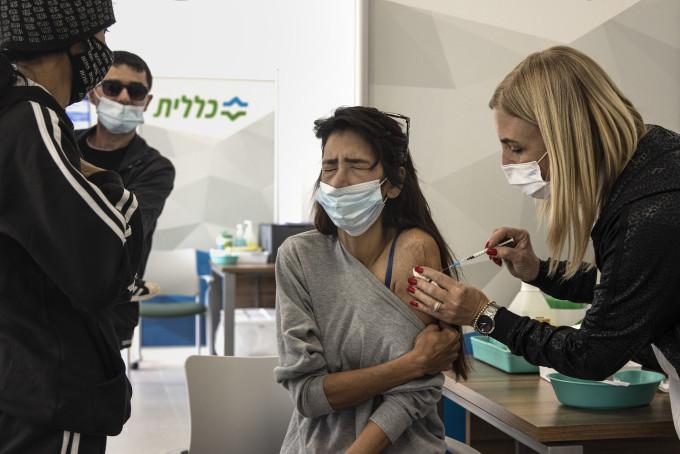Một phụ nữ Israel được tiêm vaccine Covid-19 Pfizer-BioNTech tại Dimona vào ngày 21/2. Ảnh: Reuters.