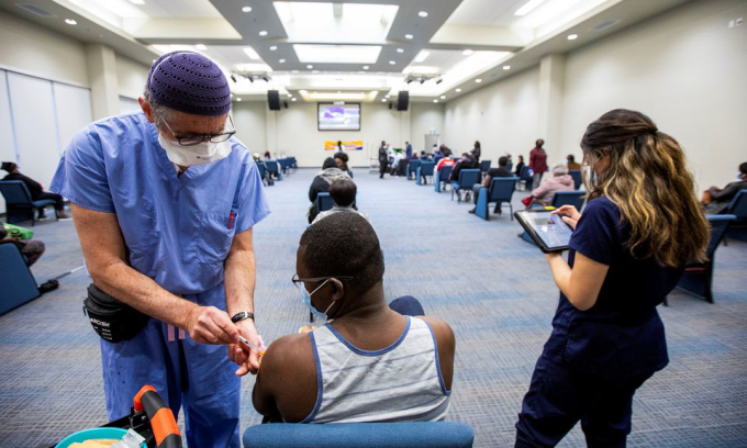 Một điểm tiêm chủng vaccine Covid-19 tại Toronto hôm 4/5. Ảnh: Reuters.