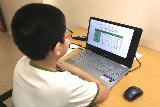 Học sinh tiểu học Hà Nội học online tháng 9/2021. Ảnh: H.K.