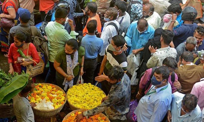 Khu chợ đông đúc tại Mumbai, Ấn Độ, hôm nay khi người dân mua sắm cho lễ hội Ganesh Chaturthi. Ảnh: AFP.