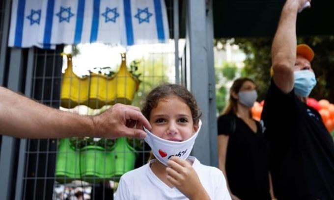 Một em nhỏ đi học trở lại sau kỳ nghỉ hè tại trường tiểu học Azazim ở Tel Aviv, Israel, ngày 1/9. Ảnh: Reuters.