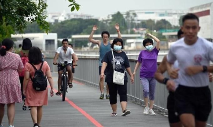 Người dân tập thể dục tại một công viên ở Singapore ngày 3/6. Ảnh: Channel News Asia.