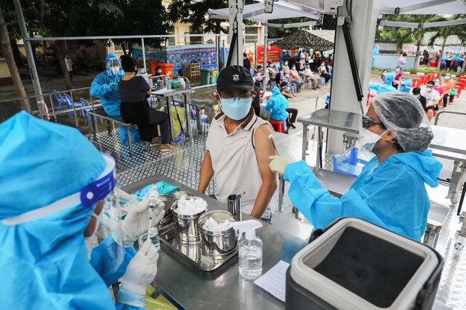 Người dân TP HCM tiêm vaccine tại xe lưu động, ngày 14/8. Ảnh: Quỳnh Trần