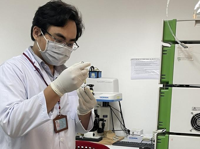 ThS. Quách Tòng Hưng, thành viên nhóm nghiên cứu đang đánh giá độ ổn định của các hoạt chất trong hệ hydrogel đa chức năng. Ảnh: NVCC