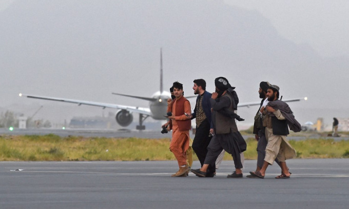 Thành viên Taliban tại sân bay Kabul hôm 9/9. Ảnh: AFP.