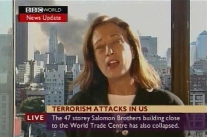 Jane Stanley đưa tin tòa nhà WTC số 7 bị sập, trong khi tòa nhà vẫn đứng vững sau lưng cô. Ảnh: BBC.