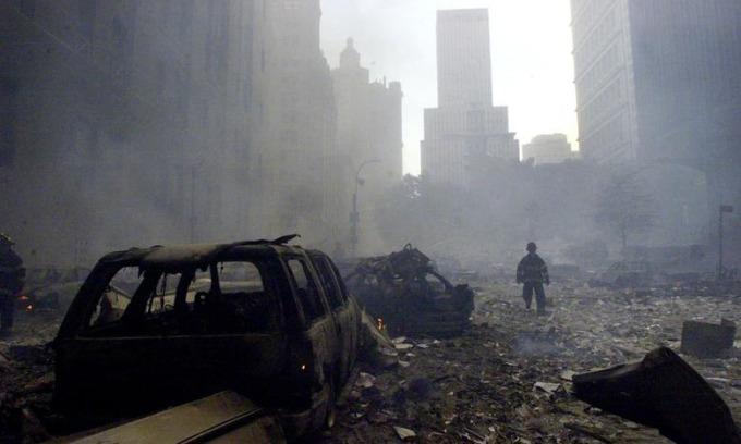 Nhân viên cứu hỏa giữa đống đổ nát gần Trung tâm Thương mại Thế giới ở New York hôm 11/9/2001. Ảnh: Reuters.