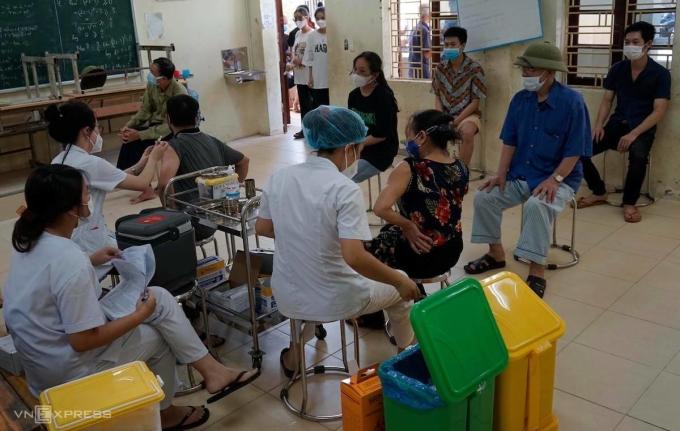 Điểm tiêm vaccine và lấy mẫu xét nghiệm xã Đông Phương Yên, huyện Chương Mỹ ngày 10/9. Ảnh: Gia Chính.