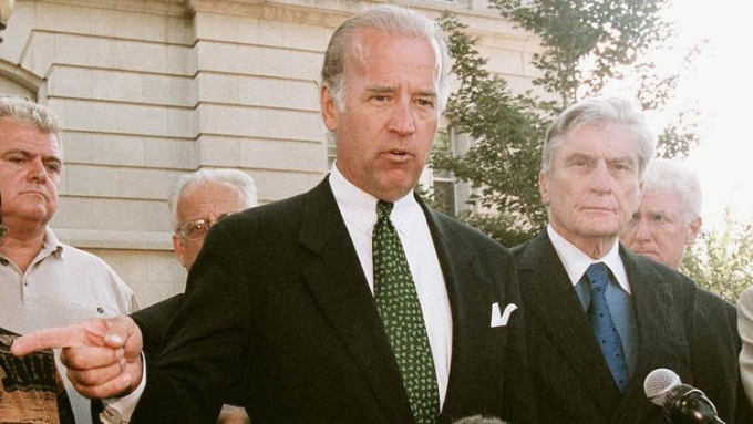 Joe Biden khi còn là Chủ tịch Ủy ban Đối ngoại Thượng viện phát biểu trước truyền thông bên ngoài trụ sở cảnh sát quốc hội Mỹ hôm 11/9/2001. Ảnh: Congressional Quarterly.