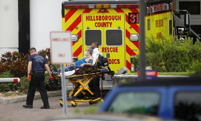 Một bệnh nhân Covid-19 được đưa tới bệnh viện St. Joseph ở Tampa, bang Florida hôm 3/8. Ảnh: Reuters.