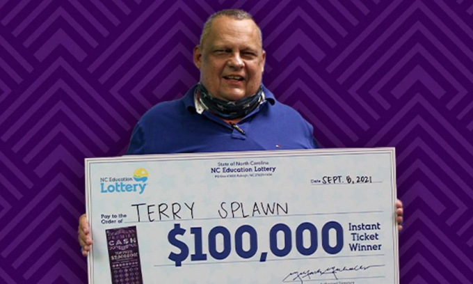 Terry Splawn nhận phần thưởng 100.000 USD hôm 8/9. Ảnh: NCEL.