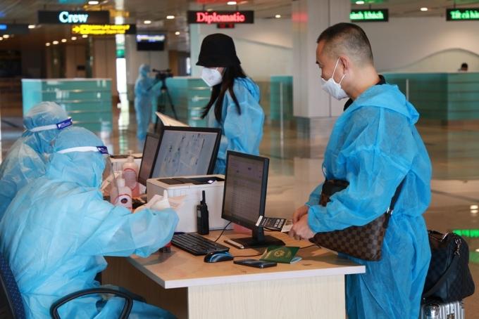 Hành khách làm thủ tục tại sân bay Vân Đồn ngày 12/9. Ảnh: Bình Minh