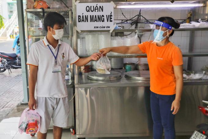 Tại tiệm hủ tiếu trên đường Nơ Trang Long, quận Bình Thạnh, TP HCM ngày đầu mở bán mang về, ngày 9/9. Ảnh: Quỳnh Trần