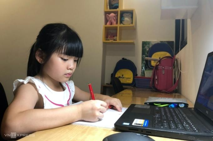 Học sinh trường Tiểu học Khương Thuợng, quận Đống Đa, Hà Nội, trong một giờ học trực tuyến. Ảnh: Thanh Hằng