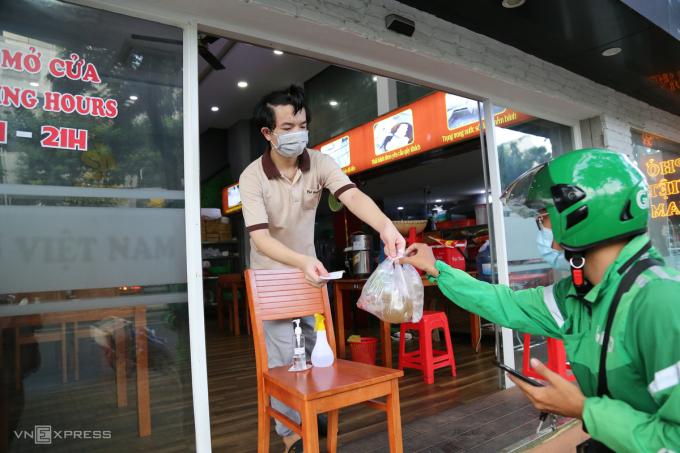 Quán phở trên đường Bùi Bằng Đoàn, phường Tân Phong, quận 7, TP HCM mở bán mang về, ngày 9/9. Ảnh: Quỳnh Trần