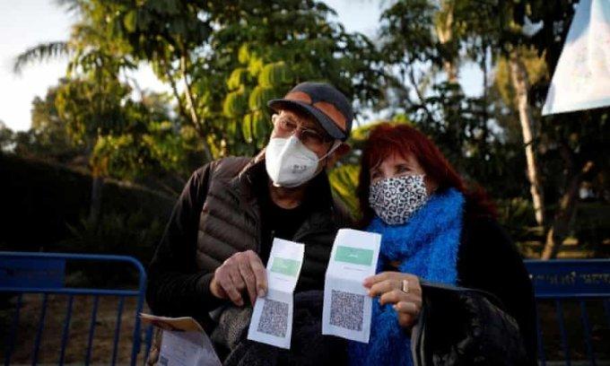 Người dân giơ thẻ xanh Covid trước khi vào một buổi biểu diễn tại Tel Aviv, Israel, hôm 24/2. Ảnh: Reuters.
