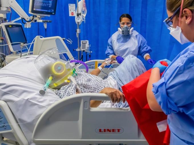 Nhân viên y tế trong khu chăm sóc tích cực bệnh viện ở London vào tháng 12/2020, trong giai đoạn Covid-19 bùng phát vì biến chủng Alpha. Ảnh: Guardian.